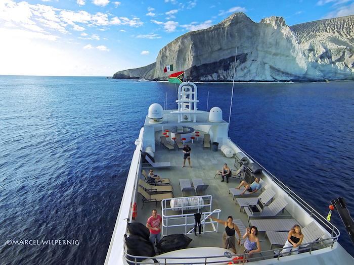 """索科罗岛是雷维利亚希赫多群岛(Revillagigedo Archipelago)的一部分,位于墨西哥加利福尼亚半岛南端,距离墨西哥西海岸几百公里远。这里独特的活火山和熔岩流,创造出了一个侏罗纪公园般的世外乐园,除了巨蝠鲼以外,你会在这里邂逅各种海洋大货""""。  索科罗的船宿可每天4潜(视天气情况/其他不可抗因素而定),你将有机会见到每年造访的座头鲸、常驻这里的瓶鼻海豚互相追逐、嬉戏。更有机会见到十余种不同的鲨鱼,成群的路氏双髻鲨(scallopedhammerhead)、独行的大锤头鲨、直翅"""